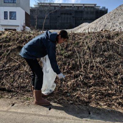 Skye Niseko Staff collecting rubbish